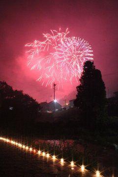 愛知県豊田市足助町足助夏まつり花火大会は14日月曜日夜8時30分から  足助夏まつり8月5日から15日までの間に開催される様々なイベントを通してそう呼んでいるのかな いくつかのイベントが立て続けに開催されます  今日8月5日から15日まで日没後から午後9時の間はたんころりんの夕涼み 竹かごと和紙で作った円筒形の行灯が夜の街道沿いを飾ります  足助川万灯まつりは8月13日と14日 午後6時から9時ごろまで足助川の遊歩道にろうそくが並べられます7000本近くも並ぶそうですよ  8月14日は花火大会足助夏まつり花火大会 45分間の花火大会500発ほどなんだけど足助川万灯まつりたんころりんの夕涼みと一緒に楽しむといいですよ  地蔵まつり灯篭流しは15日夕方6時45分から tags[愛知県]
