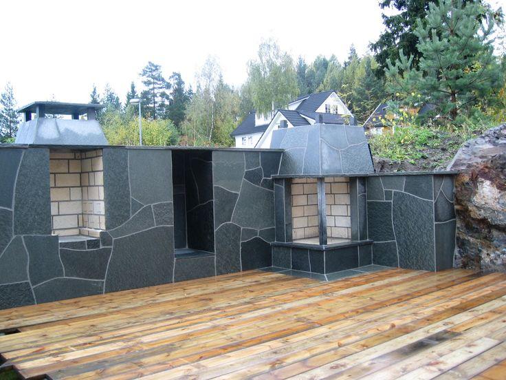 Bruddheller med grill og peis levert av Naturstein Montering AS på Sundvollen i Hole Kommune