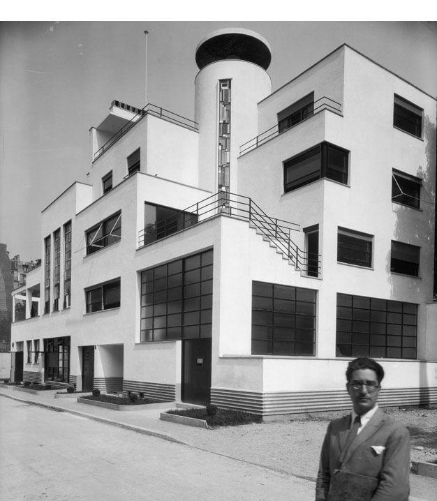 Vue d'ensemble extérieure de la villa des frères Martel avec Joël Martel Villa des frères Martel (atelier de sculpteurs) ; 10 rue Mallet-Stevens, 16è arrondissement. vers 1927