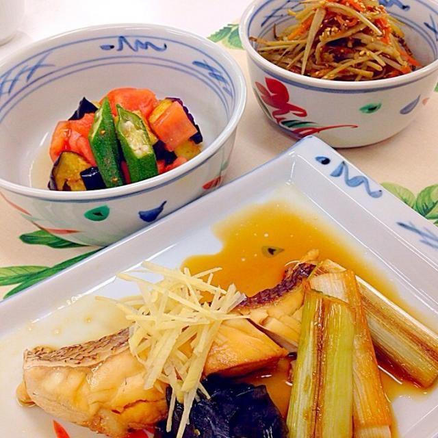 料理教室三回目のメニューです  鯛の手間にある黒いのはワカメです ねぎは素焼きした後魚と一緒に煮ました。  マリネ初めて作ったけど、おいしくて感動しました(*≧艸≦) さっぱりしておいしかったです♡ - 66件のもぐもぐ - 鯛の煮付け、きんぴらごぼう、野菜のマリネ by luckynao