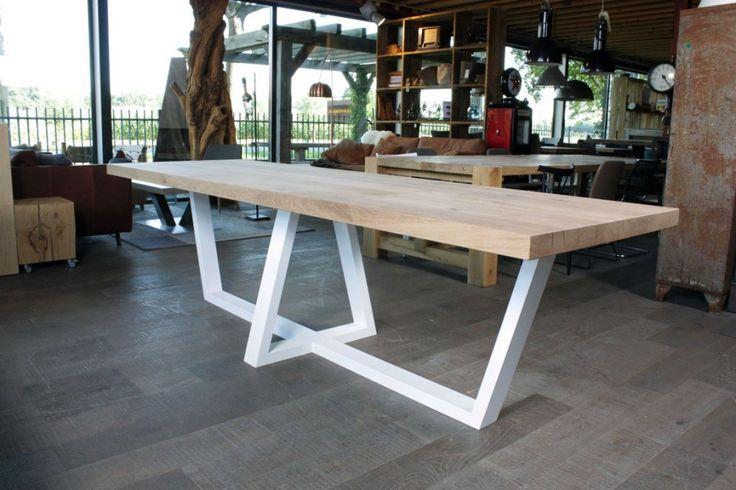 ZWAARTAFELEN I Eiken tafel met wit stalen onderstel Pim I #interieur #interior…