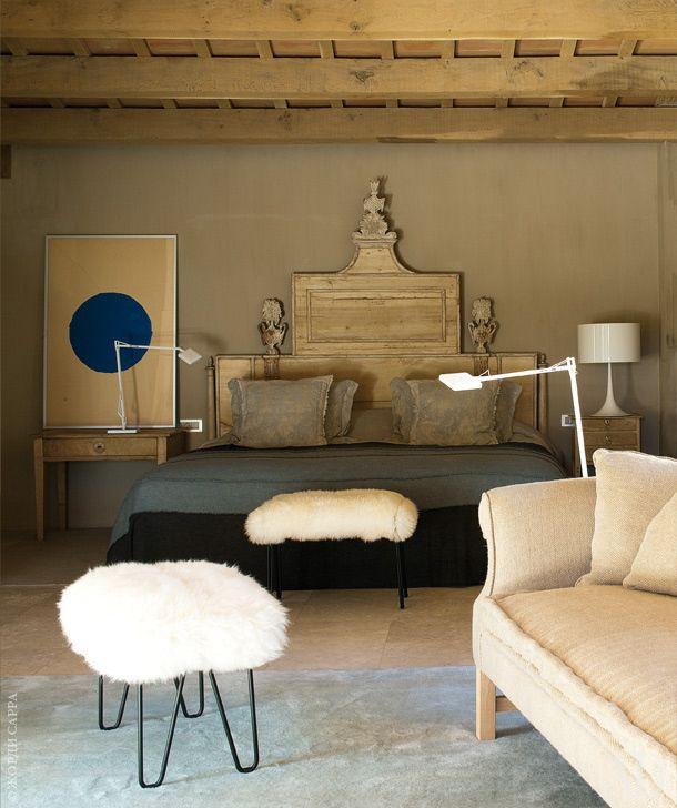 Хозяйская спальня. Кровать встиле Людовика XVI по дизайну Эдуардо Арруги. Покрывало из узорчатого льна, Lizzo. Лампы Spoon и Kevin, Flos. Паратабуреток по дизайну Сержа Кастелла.