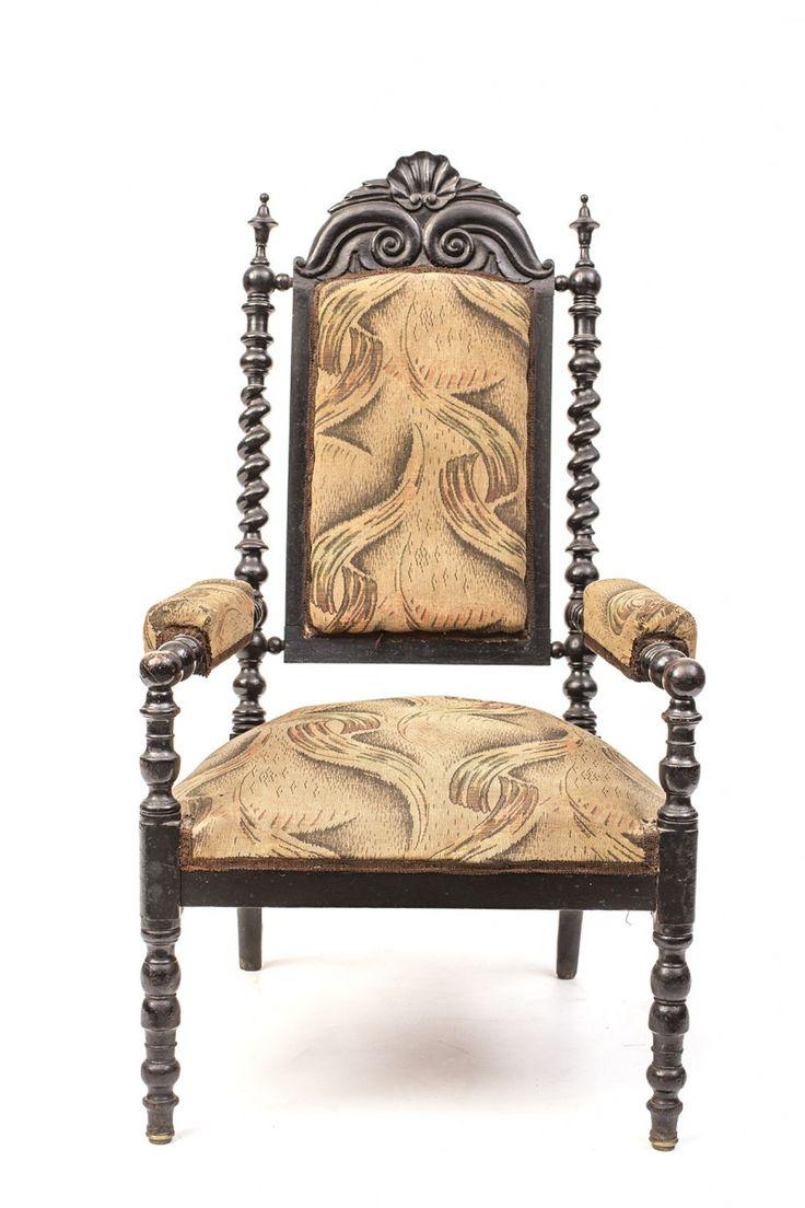 Открытое резное кресло-трон с витыми колоннами и резным венцом.