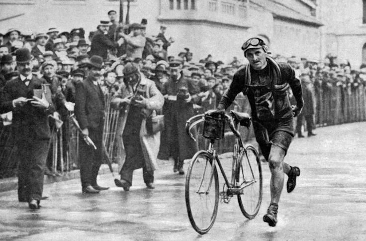 Tour de France 1909. 11-07-1909, 4^Tappa. Belfort - Lyon. François Faber taglia il traguardo a piedi per la rottura della catena della sua bicicletta