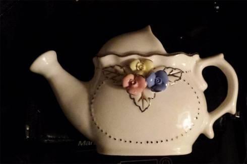 Homeworkbasar der neue Kleinanzeigenmarkt  Zu Verkaufen:  kleine alte Kanne und Vase kleine alte Kanne und Vase aus Porzelan beide Teile sind alt, ich weiß aber nicht aus welchen Jahr, cirka 10 centimeter hoch