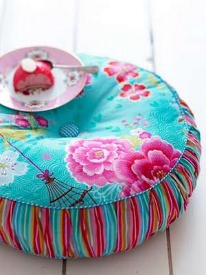 Almofada redonda futton para piso feita com tecido resistente a manchas e antimofo.