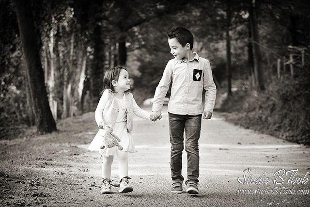 Photo d'enfants, frère et soeur en noir et blanc.