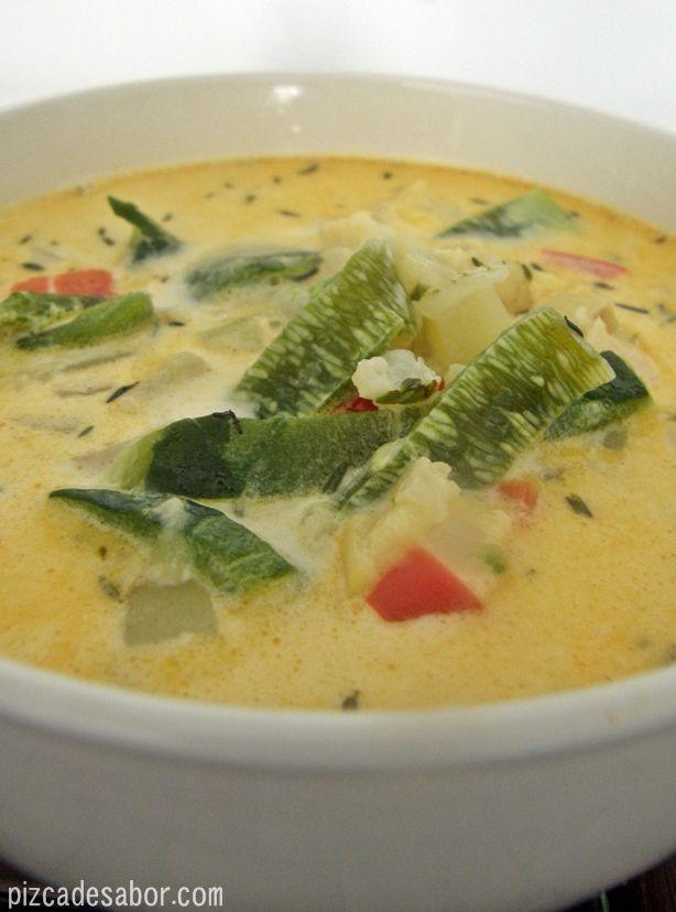 Sopa de verduras (papa, morrón, calabacita, coliflor, poblano) con queso o como yo le digo, sopa de limpieza del cajón de las verduras. Perfecta para un día frío