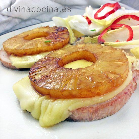 Para preparar estas chuletas de cerdo con piña puedes usar carne fresca o unas chuletas ahumadas (chuletas de Sajonia) que son las que puedes ver en la foto. También queda muy rica con lonchas gruesas de jamón cocido o con filetes de pollo o pavo, y perfecta con los filetes envasados del tipo 'vuelta y vuelta'.