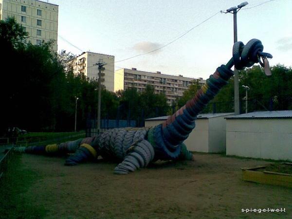 динозавр из покрышек