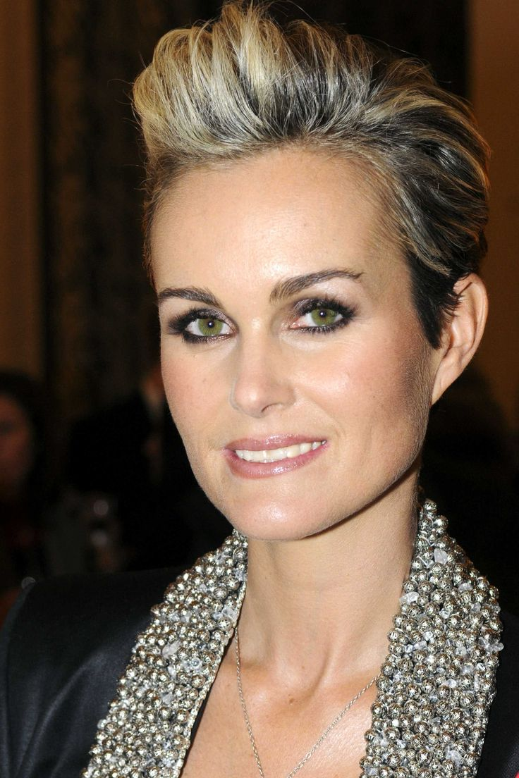 Laeticia Hallyday,   Coiffures cheveux courts, Coupe courte blonde, Coiffure