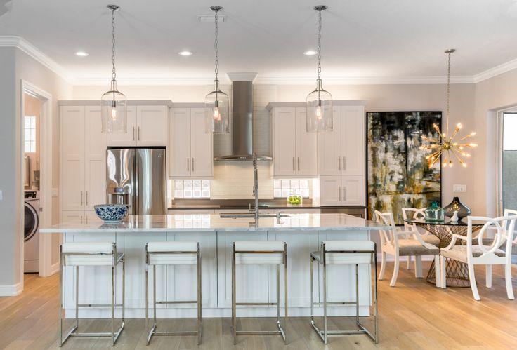 © Design: Florida Designer Cabinetry //  Open transitional kitchen with white doors and large center island. // Cuisine transitionnelle ouverte, d'un blanc classique et grand îlot central.
