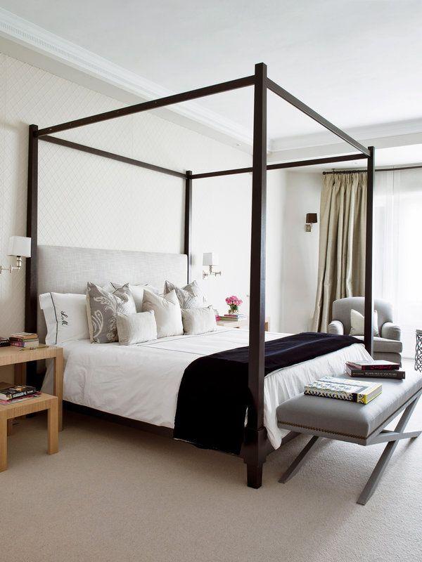 . Las texturas enriquecen. En la pared, un revestimiento textil. En el suelo, moqueta. La cama con dosel de madera cuenta además con un cabecero tapizado.