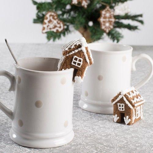 Deze schattige mini koek huisjes zijn ideaal geschikt om aan een beker warme chocolade melk te hangen! De koekjes, gemaakt van gingerbread, zijn gedecoreerd met royal icing. Leuk om bijvoorbeeld na een koude winterse dag lekker aan op te warmen.  Recept: Mini koek huisjes - Kerst & Winter - Recepten  | Deleukstetaartenshop.nl