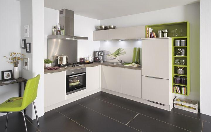 """Deze moderne keuken Sensea is van Duitse topkwaliteit. Een mooie, eigentijdse hoekkeuken met een minimalistische uitstraling. Door de speelse indeling en het frisse kleuraccent is deze keuken werkelijk een plaatje. De kastelementen uit de """"Color Concept"""" serie zijn er in meerdere kleuren."""