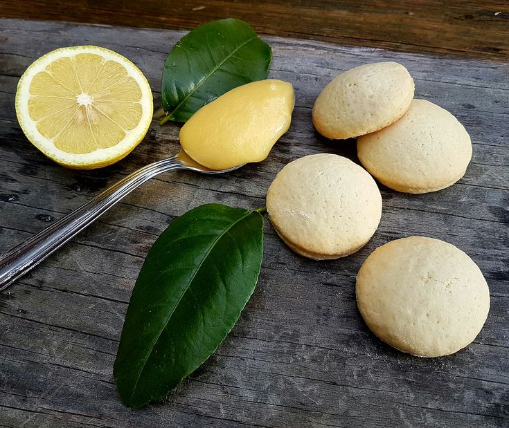Morbidissimi biscotti con un cuore al limone. Realizzate i biscotti ripieni di crema al limone e ve ne innamorare. Perfetti per il tè.