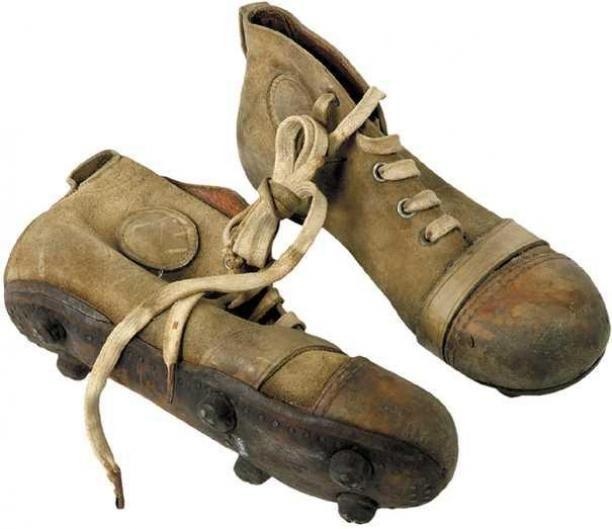 Paar voetbalschoenen, ongekleurd leer, genagelde zolen met zes noppen | Modemuze