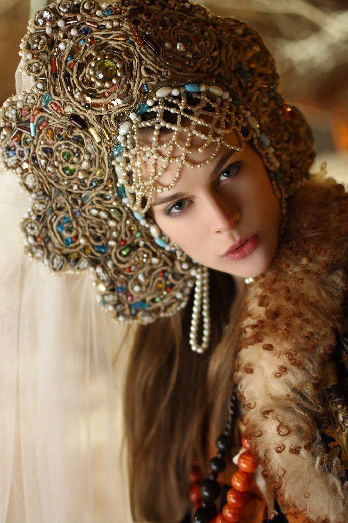 Russian Costume, Kokoshnik Headdress - Poupée russe - Russian doll