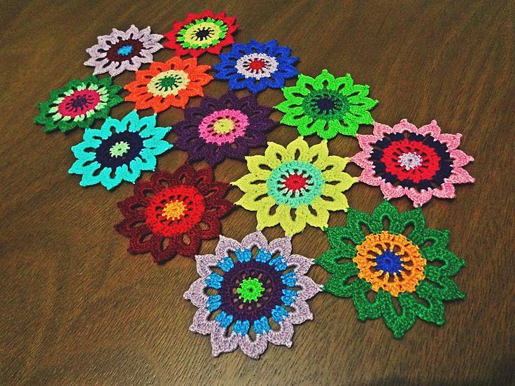 Trilho floral composto por 13 flores coloridas e com linhas de ótima qualidade. <br> <br>Produto confeccionado inteiramente a mão com a técnica de crochê. <br> <br>As cores ficam à disposição do cliente.