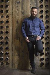 """Mannequin Homme Photo Lifestyle Chemises Hanjo - Bar à vin le JaJa (Lille) - Chemise à motifs """"Cru Bourgeois"""" (89€) - Photo Style Barber Ink (Homme barbu tatoué)"""