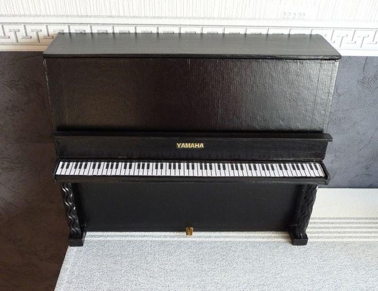 Une commande pour une collègue de travail : Une boite originale pour ranger des partitions. Piano a queue ou piano droit elle a choisi le droit en noir brillant. Dimensions : 24 x 32 x 7,5 Voila le résultat