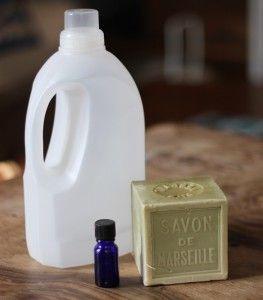 Comment faire de la lessive écologique ? Il suffit d'avoir la bonne recette, du savon de Marseille, 1 flacon vide, de l'huile essentielle et de l'eau !
