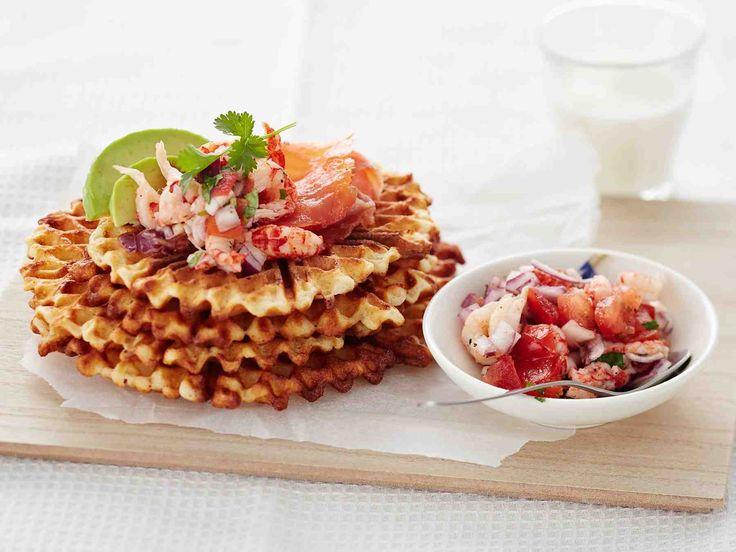 Suolaiset vohvelit saavat makua parmesaanista ja lohi-katkaraputäytteestä. Tarjoa brunssilla tai lounaaksi.
