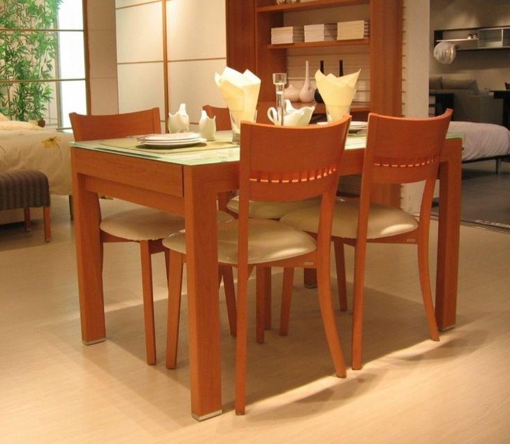 mesa con tope de cristal y sillas con cuero