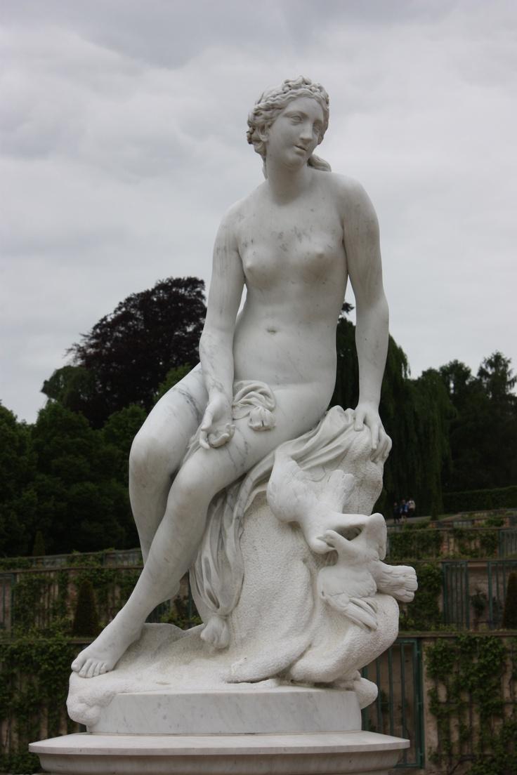 White Sculpture , weiße Skulptur vor dem Schloss Sanssouci