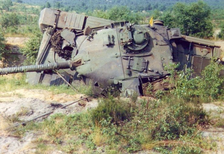 Chieftain mishap, a good job that the drivers hatch was fixed when open, otherwise the driver would have been decapitated