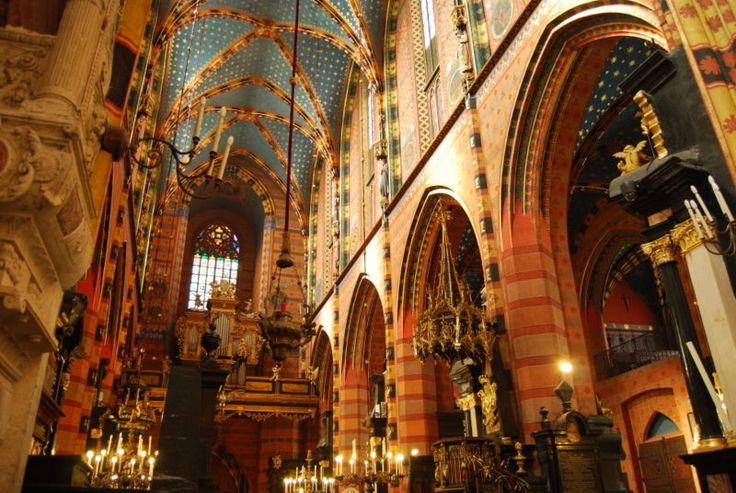 Najsłynniejszym przykładem architektury gotyckiej w Polsce jest Kościół Mariacki, a właściwie Kościół archiprezbiterialny pw. Wniebowzięcia Najświętszej Maryi Panny w Krakowie. Kościół Mariacki zawdzięcza swe istnienie biskupowi Iwowowi Odrowążowi, który ufundował jego budowę w latach 1221-1222. Niestety Tatarzy, najeżdżając na Polskę, zniszczyli świątynię.    Malownicze wnętrze kościoła jest dziełem trzech wielkich malarzy: Jana Matejki, Stanisława Wyspiańskiego oraz Józefa Mehoffer…