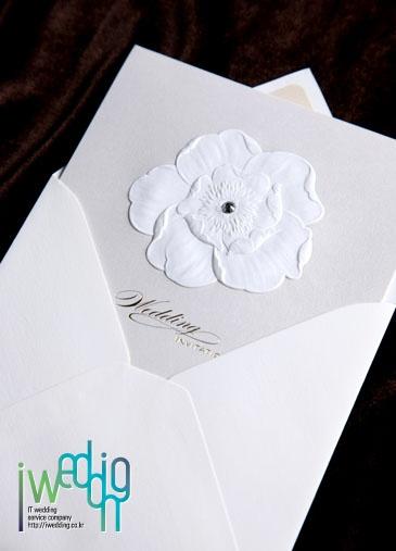 [아이웨딩 iwedding] 꽃모양이 단정하고 예쁜 청첩장