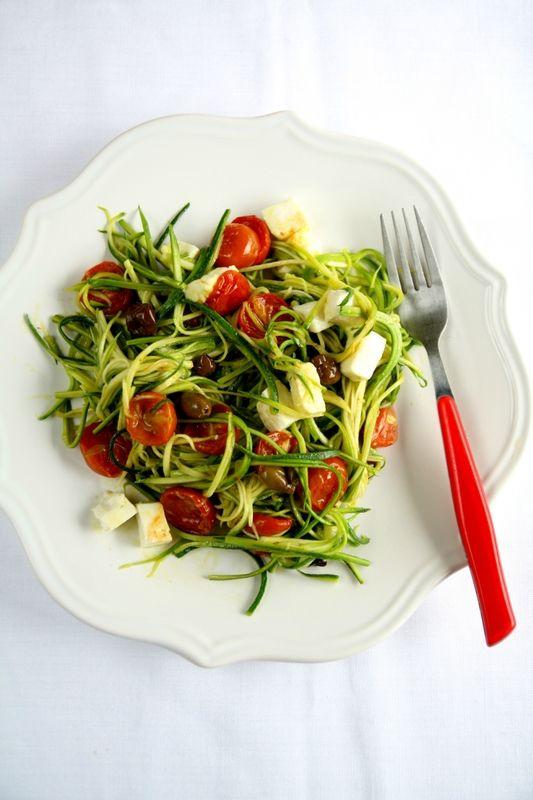 Spaghetti de courgettes, tomates confites, mozzarella et olives noires