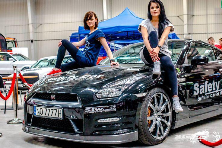 Nasze targi MotoSport&TuningShow 2015. Organizatorki siedzą na GTR'ze, który jest SafetyCar'em podczas Driftingowych Mistrzostw Polski!