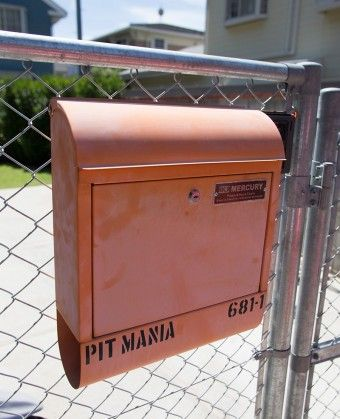 ネット通販した郵便ポストに、自分でステンシルで名入れ。