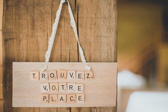 Des lettres scrabble pour indiquer tout ce que vous souhaitez à vos invités. A shopper sur http://www.savethedeco.com/noms-de-table/922-lettre-scrabble-a-l-unite.html