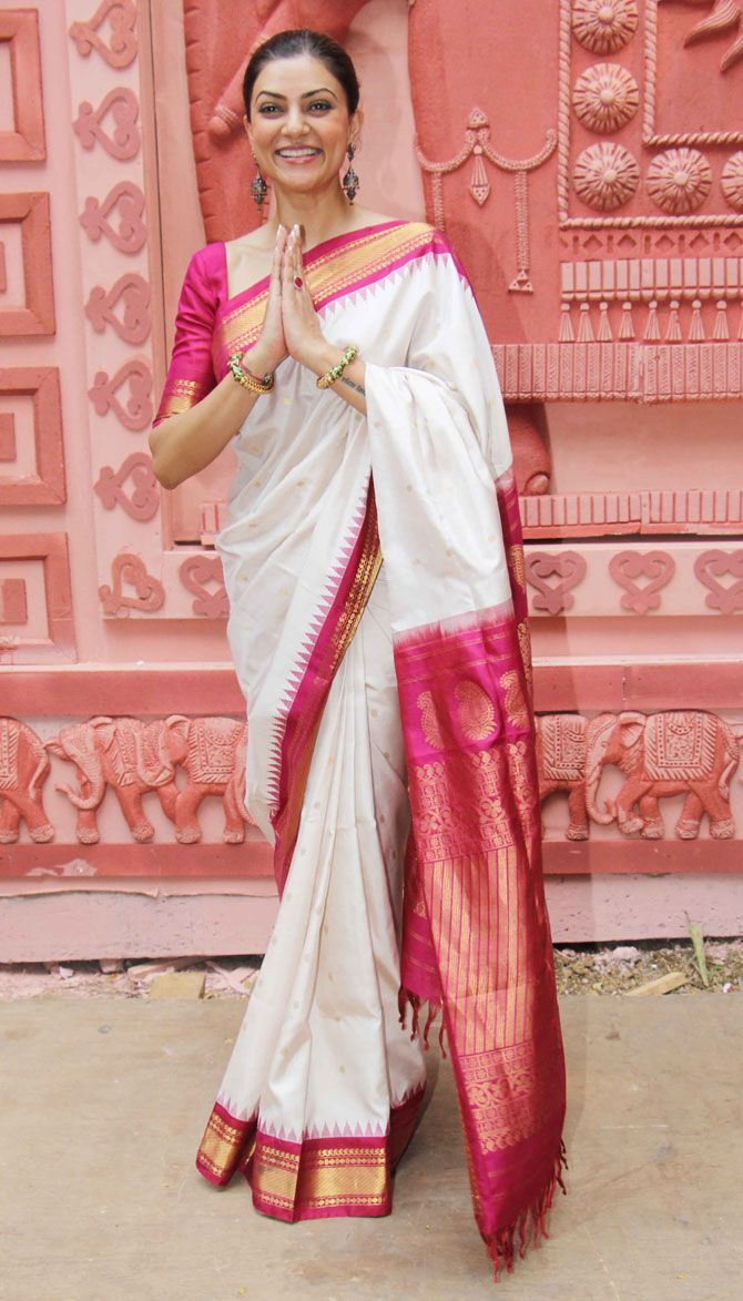 Sushmita Sen at Bandra Sarbojanik Durga Pooja on October 21, 2015. #Bollywood #Fashion #Style #Beauty #Hindu #Desi #Saree #Bengali
