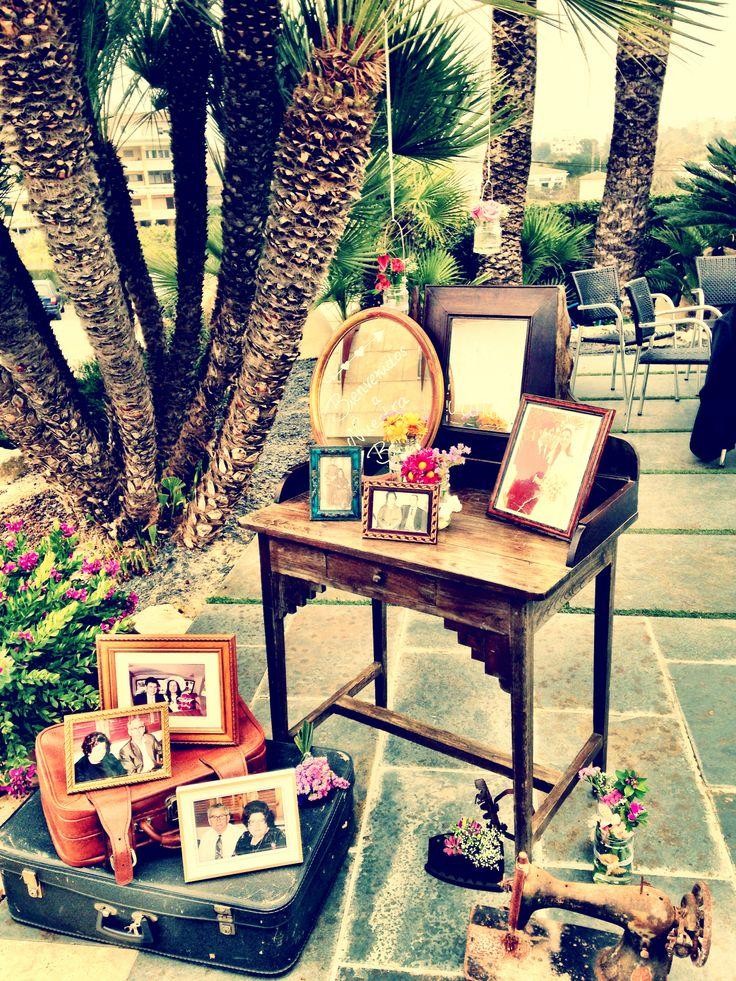 Entrada con un escritorio con fotos de familiares de los novios y otros objetos con algún que otro año de antigüedad