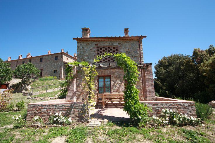 Perfetta armonia fra costruzioni rivalorizzate con la vegetazione circostante del Parco Benestare patrocinio del Comune di Gambassi Terme e della Regione Toscana.
