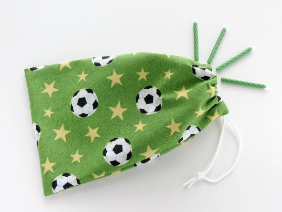 Sacs anniversaire football / Soccer cotillons / tissu Goodie Bags / Sacs de friandises / sacs-cadeaux en tissu / 6,25 x 9,5 po / jeu de 5 sur Etsy, 16,38€