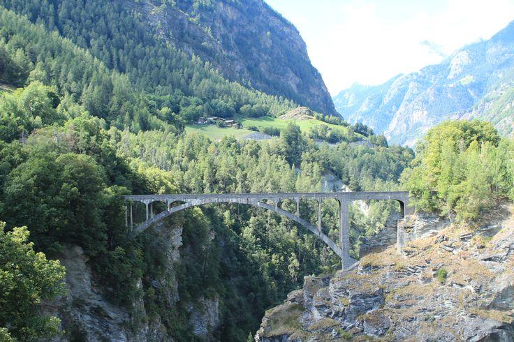 Wer bei Stalden vorbeifährt, der muss über eine Schlucht fahren. Nutzt die Gelegenheit und parkt in der Nähe um euch die Schlucht anzuschauen.    #Stalden #Schweiz #Brücke #Berge #Reisen #Wanderlust #Urlaub #Schlucht #Natur #nature #Wald #Wandern #Trekking #Fahren #Transport #Sommer #Italien #Deutschland #Wien #Luzern #Zürich #Zermatt #Strecke #Route #Strasse #Weg #Abenteuer