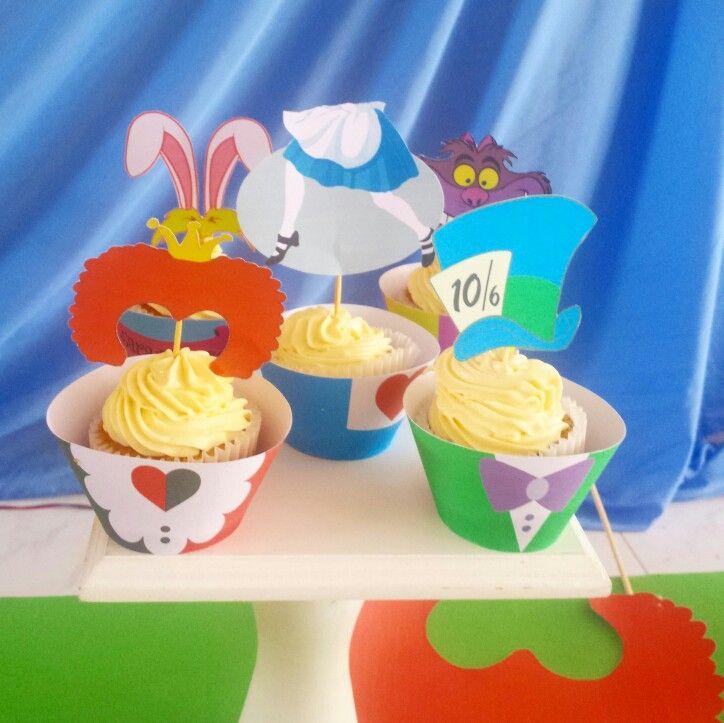 Sarita cumple su primer añito  Cupcakes alicia en el país de las maravillas #CupcakesPalmira #AliceInWonderlandCupcakes #CupcakesAliciaEnElPaisDeLasMaravillas cupcakes con crema y topper de papel