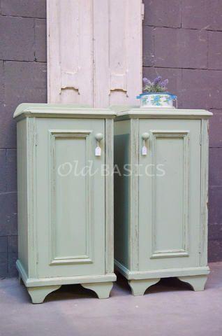 Set nachtkastjes 30017 - Echte oude nachtkastjes in een mooie mint-groene kleur. De kastjes zijn sierlijk afgewerkt met een geribbeld randje. Achter de deurtjes een legplank en een lade. Webshop WWW.OLD-BASICS.NL Brocante, stoer landelijk, vintage, shabby chic en industriële meubels