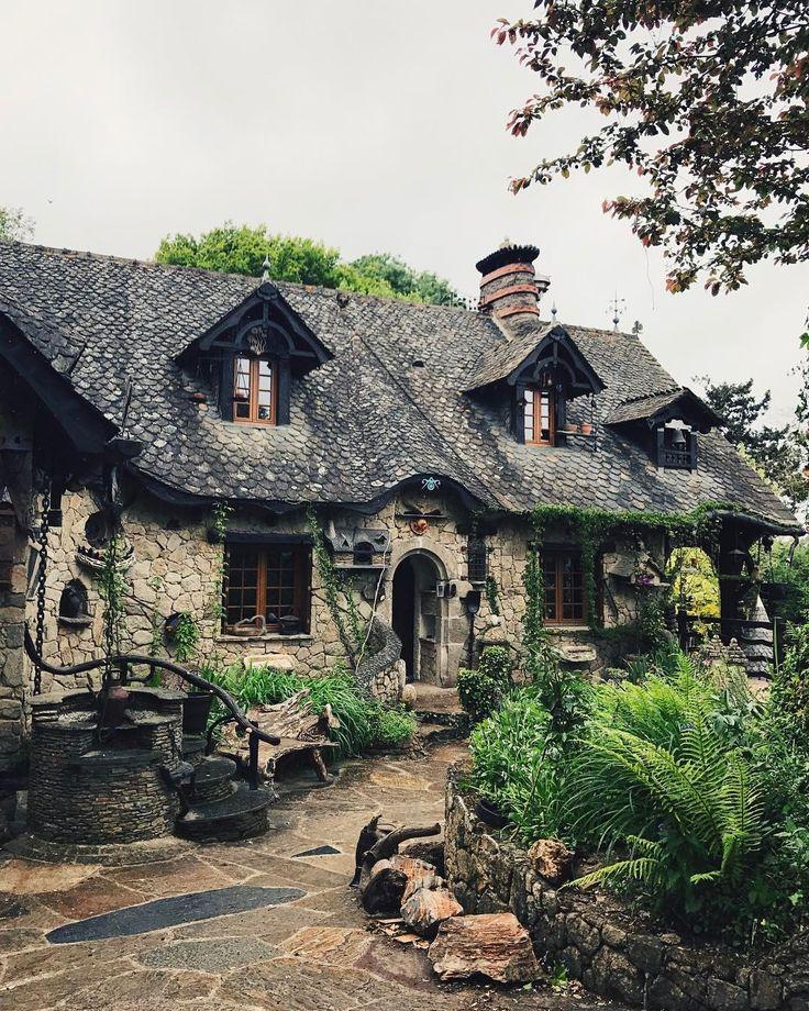"""555 mentions J'aime, 28 commentaires - MOLAIRE & TENTACULES 🦊🌿 (@molaireettentacules) sur Instagram: """"""""La maison de Blanche-Neige"""". (Bien glauque la collection d'animaux empaillés dans le jardin par…"""""""