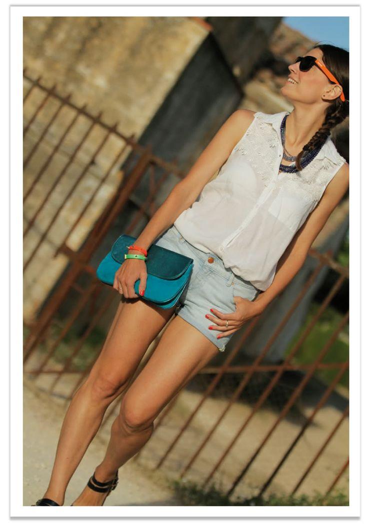 pantalon corto vaquero - camisa blanco & complementos azul