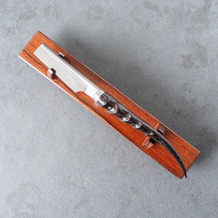 Rasoir de type kamisori japonais forgé à la main au Québecpar Dave Fortin, de Couteaux Deva. Pièce unique qui ne sera jamais reproduite. Lame d'acier au ca...