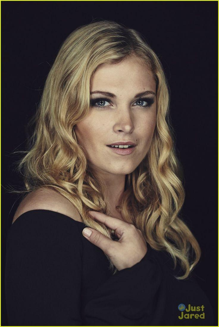 Eliza Taylor as (Clarke)