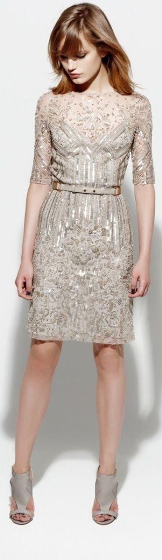 Wat een mooie jurk, prachtig voor Lichte Lente met blond haar die een avondje uit gaat