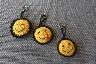 Smiley haken , hier is het patroon: http://www.y1962.blogspot.nl/2012/08/tassenhanger-sleutelhanger.html