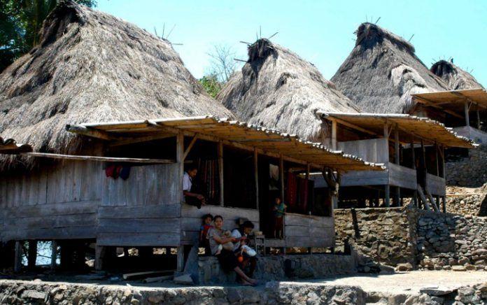 Rumah tradisional di Kampung Bena, Desa Tiwuriwu, Kecamatan Aimere, Kabupaten Ngada, Nusa Tenggara Timur.